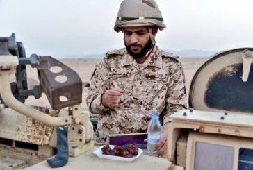 مغردون يتداولون صورة لجندي بالحد الجنوبي يتناول إفطاره فوق مدرعة