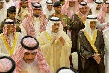 أمير الرياض يتقدم المصلين على جثمان الأمير عبدالله بن فهد آل سعود