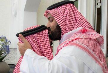 محمد بن سلمان يقبل رأس ملك البحرين خلال استقباله بالمغرب