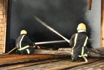 """النيران تلتهم مستودع في جدة.. و""""المدني"""" يتحفظ على موقعه"""