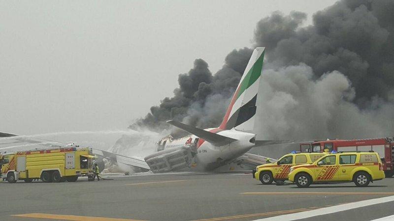 دبي.. وفاة رجل إطفاء وإصابة 14 آخرين في حريق طائرة الإمارات