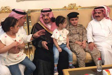 بالصور..أمير الرياض يقدم التعازي لأسرة الشهيد عبدالرزاق العنزي