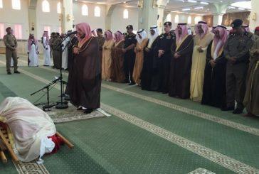 بالصور.. أمير عسير يؤدي صلاة الجنازة على العريف السلولي الذي قتل دهسا على يد داعشي