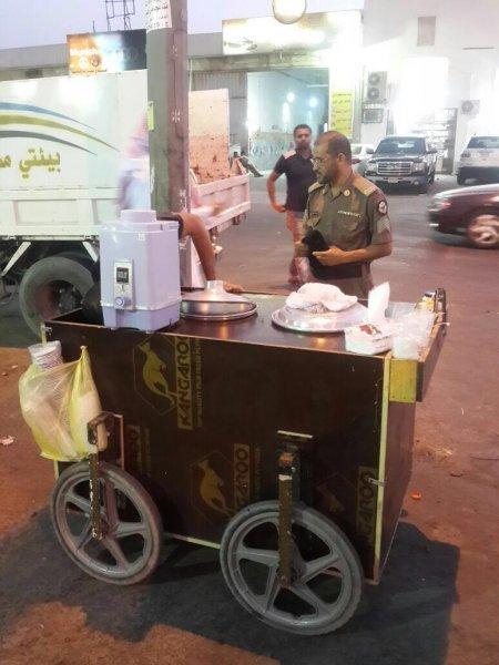 بلدية وسط الدمام تضبط باعة متجولين وتصادر سيارة آيسكريم مخالفة