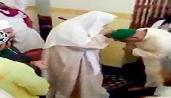 مكة.. التحقيق مع إمام يتبرّك به المصلون ويشربون من الإناء بعده