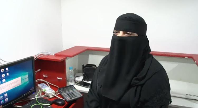 سعودية تتخطى تحديات التقنية بامتهان صيانة الجوالات في كبرى مجمعات الاتصالات بمكة