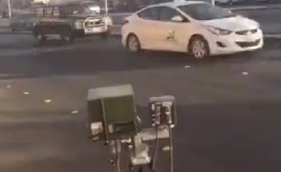 """مواطن يرصد وقوف سيارة لـ """"ساهر"""" عكس السير وتسببها في زحام طريق عام بالرياض"""