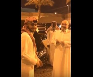 لحظة وداع خالد بن طلال ابنه المتجه للحد الجنوبي