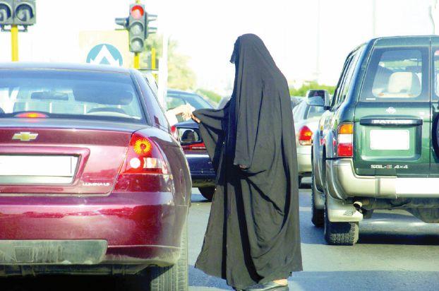 العمل تتجه لتوظيف أبناء المتسولات السعوديات