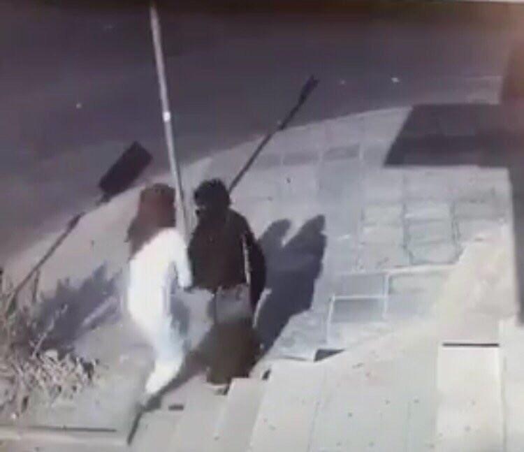 فيديو.. مواطن يعتدي على امرأة أمام الصراف بالقريات