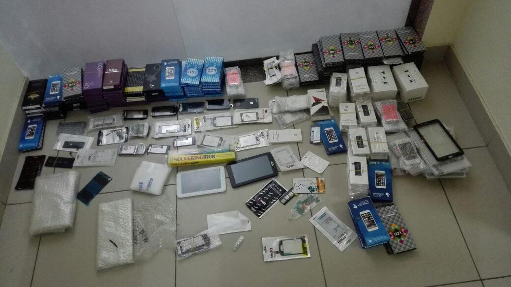 """بالصور..شرطة المدينة تضبط 3 آسيويين سرقوا أكثر من 500 """"شاشة جوال"""" و ذهب"""