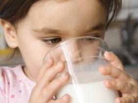 لماذا يجب عليك أن تعطي فقط حليب البقر لطفلك ؟
