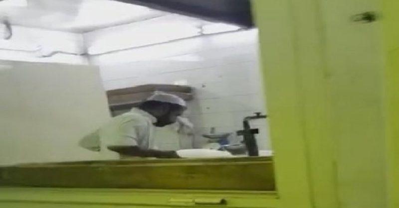 'حماية المستهلك' تصل إلى عامل يبصق على الخبز