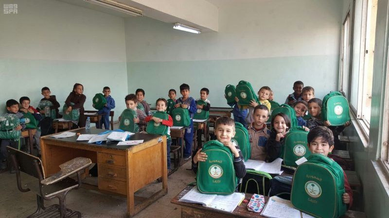 الحملة الوطنية السعودية توزع الحقائب المدرسية على الطلبة السوريين في محافظة الزرقاء الأردنية
