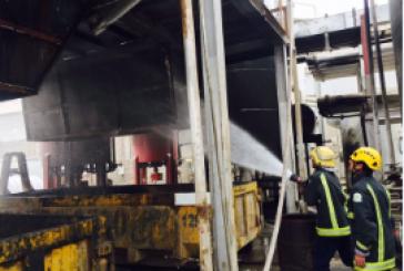 بالصور..مدني حفرالباطن يسيطر على حريق اندلع في مصنع لتكرير الزيوت