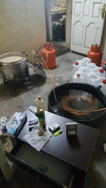 بالصور..ضبط أفريقيين أصحاب سوابق يُدِيران مصنع للخمر بالمدينة المنورة