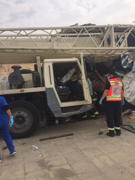 إصابة قائد رافعة كبيرة بعد ارتطمه بشاحنة في القصيم