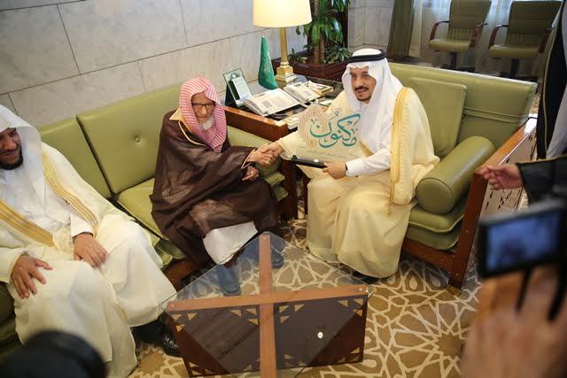 """أمير الرياض يدشن الشعار الجديد لجمعية تحفيظ القرآن الكريم بالرياض """"مكنون"""""""