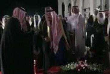 بالفيديو..الملك سلمان يستدعي الشاعر الحارثي بعد إلقاء قصيدته بالبحرين