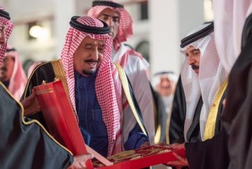الملك حمد آل خليفة يقلد #خادم_الحرمين وسام الشيخ عيسى بن سلمان من الدرجة الممتازة
