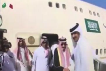 بالفيديو: خادم الحرمين الشريفين يصل الدوحة