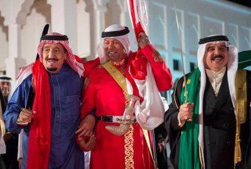 بالفيديو والصور ..الملك سلمان يتفاعل ويؤدي العرضة مع الملك حمد بصوت راشد الماجد