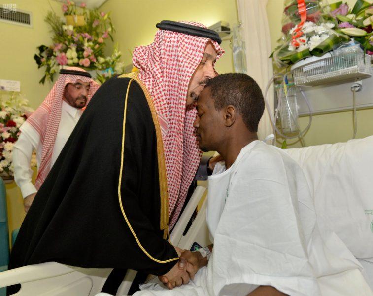 أمير الرياض يضع قبلة على جبين البطل عواجي