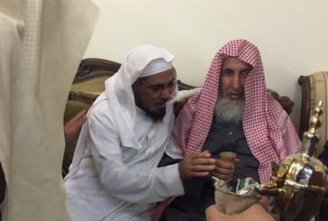المفتي يقدم واجب العزاء للشيخ سلمان العودة في وفاة زوجته وابنه