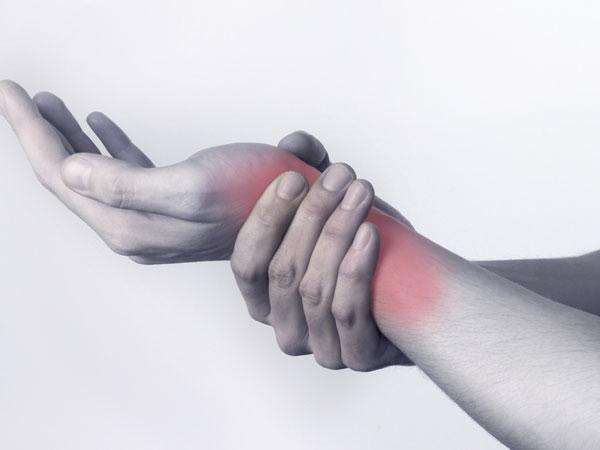 6 حلول للتخلص من أوجاع متلازمة النفق الرسغي