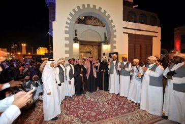أعضاء الوفد الاماراتي يؤدون لعبة المزمار في بيت مكة بالجنادرية