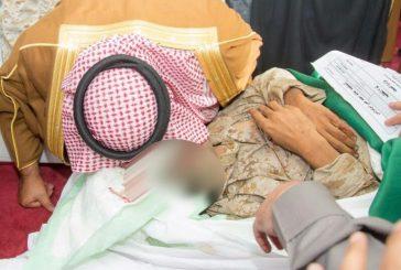 بالصور .. أمير الباحة يُقبّل جبين الشهيد الكناني ويحتضن ابنه