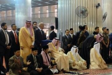 خادم الحرمين يصلي في مسجد الاستقلال