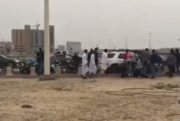 """كشف تفاصيل اعتداء قائدي """"الدراجات نارية"""" على سيارة عائلية بكورنيش الدمام (فيديو)"""