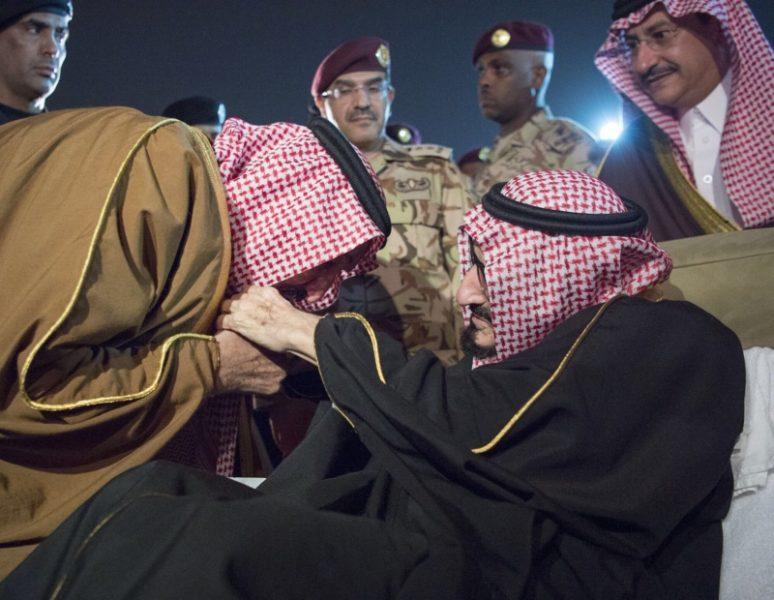 خادم الحرمين يصل الرياض والأمير بندر بن عبدالعزيز آل سعود يستقبله عند الطائرة