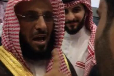 """موقف طريف للشيخ """"عائض القرني"""" مع شاب في """"معرض الرياض للكتاب"""" (فيديو)"""