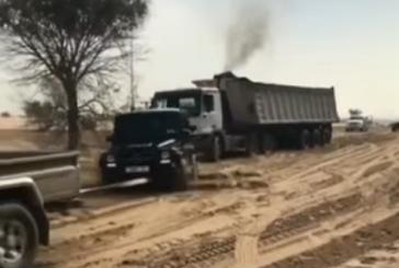 ولي عهد دبي يساعد سائق شاحنة ( فيديو )