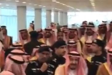 شاهد .. رد الملك سلمان على أحد الحضور في مهرجان الملك عبدالعزيز للإبل
