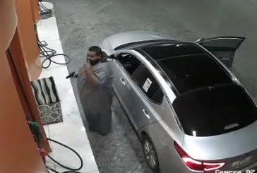 """الرياض..ضبط شخصين بتهمة سلب """"عامل محطة""""تحت تهديد السلاح"""