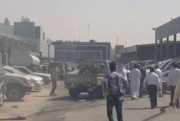 """الشرطة تكشف تفاصيل محاولة شاب سرقة """"شاص""""بمعارض الرياض وطعنه وافداً"""