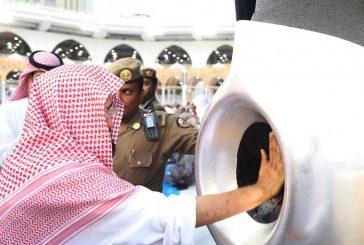 الشيخ السديس يتشرف بتطييب الحجر الأسود والملتزم