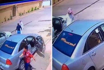 فيديو لسرقة سيارة بعد خداع السائق بهذه الحيلة ومحاولة دهسه!