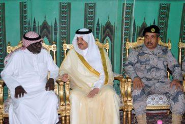 أمير المنطقة الشرقية ينقل تعازي القيادة لأسرة الشهيد هزازي
