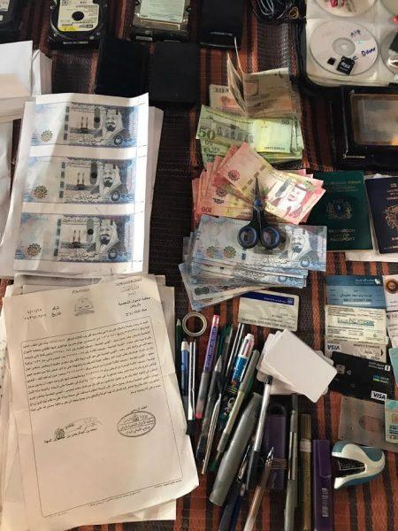 الرياض.. الإطاحة بصومالي امتهن تزييف العملة والوثائق الرسمية