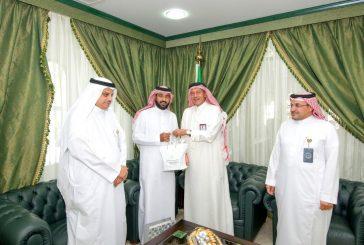 معلم سعودي يرفع شعار الهيئة الملكية على قمة إيفرست