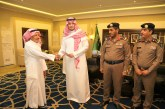 الأمير أحمد بن فهد يكرم مواطنين أنقذا عائلةً من الحريق في محافظة الأحساء