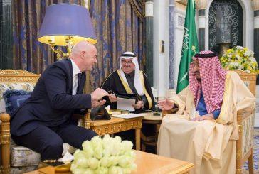 خادم الحرمين يستقبل رئيس الاتحاد الدولي لكرة القدم