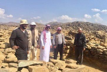 مدير سياحة الباحة يطلع على التنقيب الاثري في موقع عشم