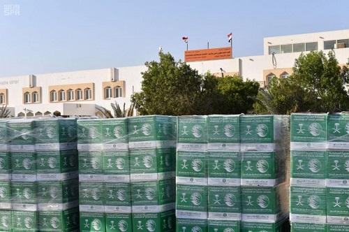 المشرف العام على مركز الملك سلمان للإغاثة ينوه بتشغيل مطار الغيظة اليمني بالمهرة