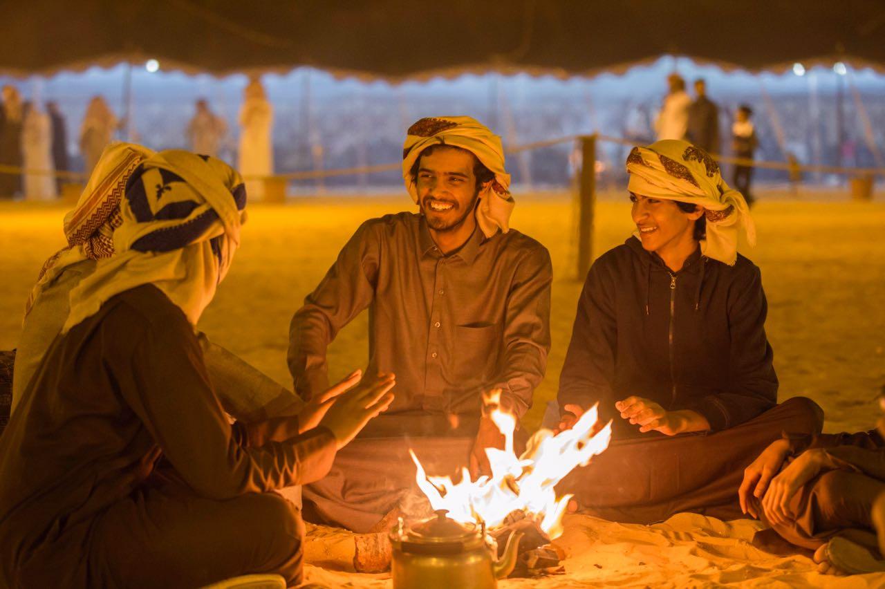 8 صقور و3 مواقد في استقبال زوار خيمة الضيافة في سفاري بقيق