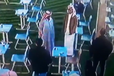 بالفيديو.. معلم يعطي أحد الطالب معطفه بعد شعوره بالبرد أثناء الاختبار